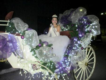 This Heritage Carriage Ride Princess is living the ultimate Christmas fantasy!